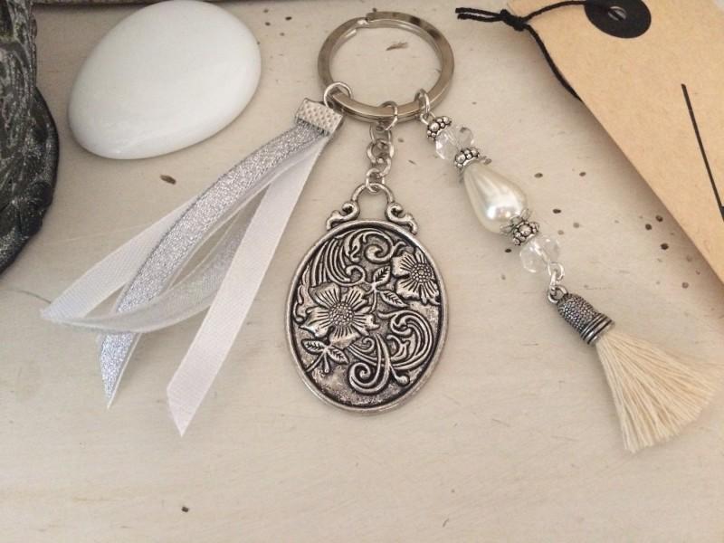 Porte clés au médaillon rétro, rubans organdi et pompon