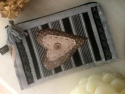 Pochette de sac vintage coeur et pompon en laine grise