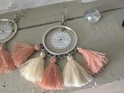 Boucles d'oreilles bohème chic aux pompons blancs et abricot