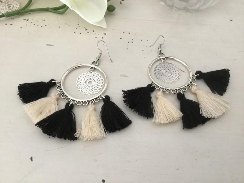 Boucles d'oreilles bohème aux pompons noirs et beiges