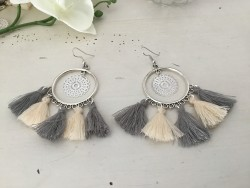 Boucles d'oreilles bohème aux pompons gris et beiges