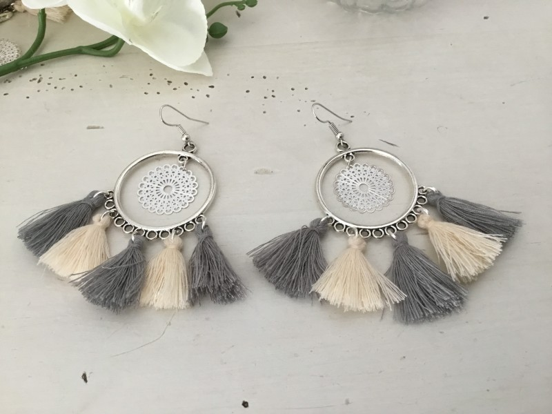 Boucles d'oreilles bohème aux pompons griss et beiges