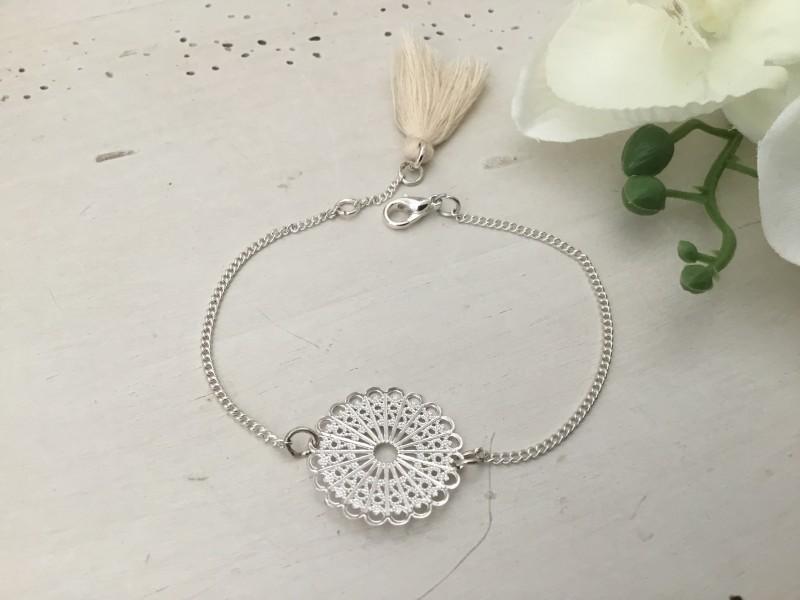 Bracelet motif dentelle au pompon beige
