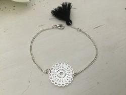 Bracelet motif dentelle au pompon noir