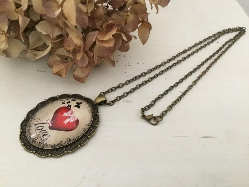 Sautoir fantaisie au médaillon rétro coeur rouge