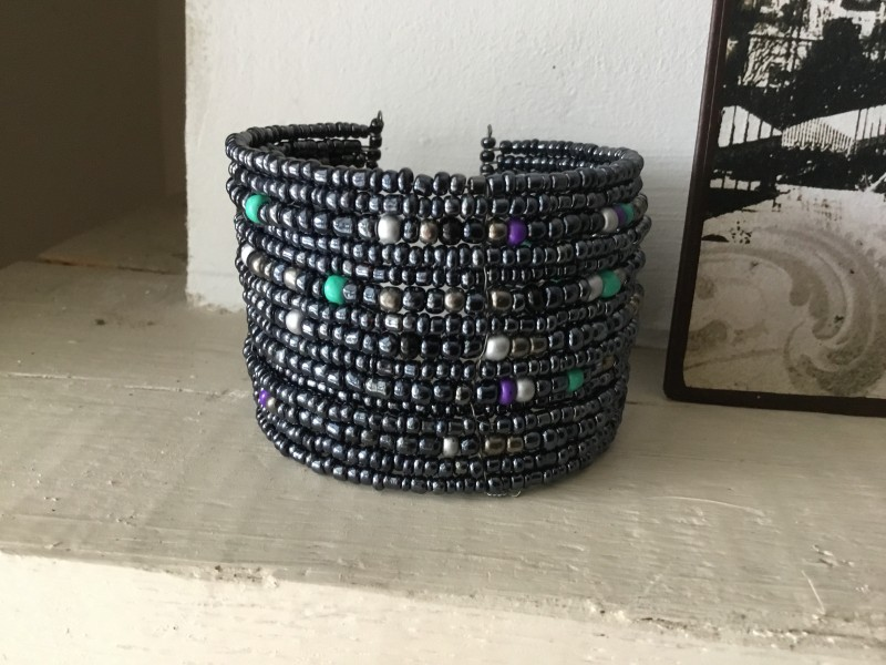 Bracelet manchette aux perles anthracites