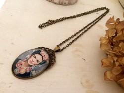 Collier sautoir au pendentif ovale Frida KAHLO