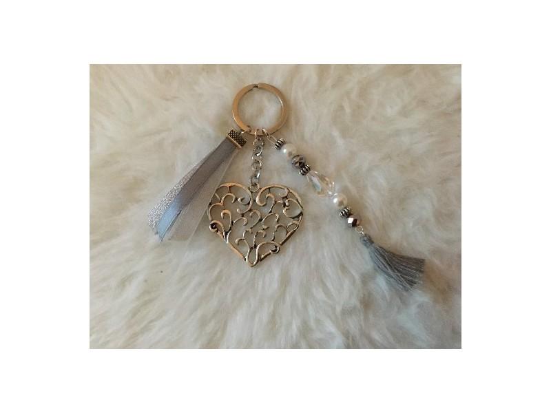 Porte clés original au coeur en métal, perle et pompon