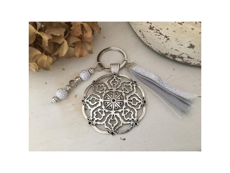 Porte clés original au médaillon rond en métal et perles nacrées blanches