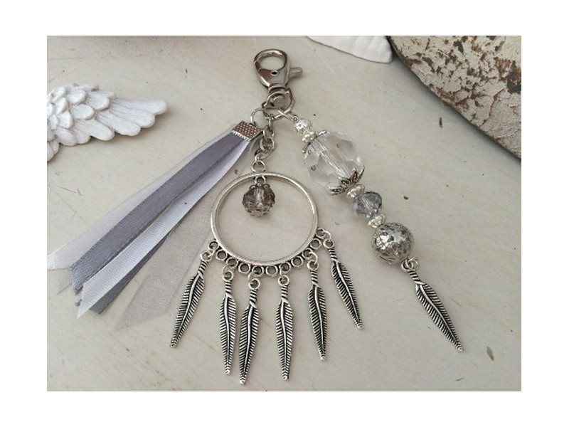 Bijou de sac fantaisie aux plumes, perles et rubans