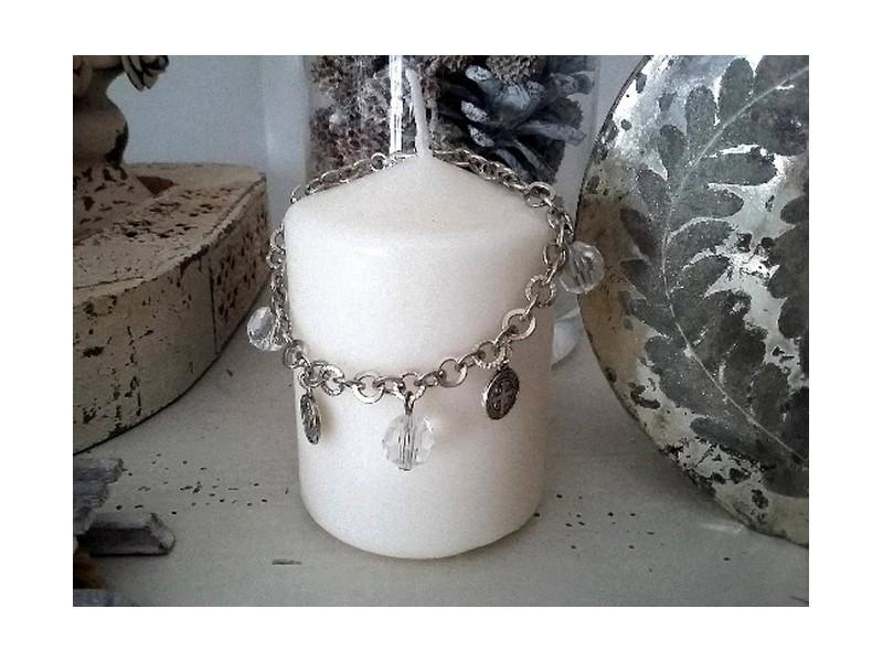 Bracelet original orné de perles et de médailles
