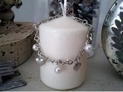 Bracelet original orné de perles et de coeurs