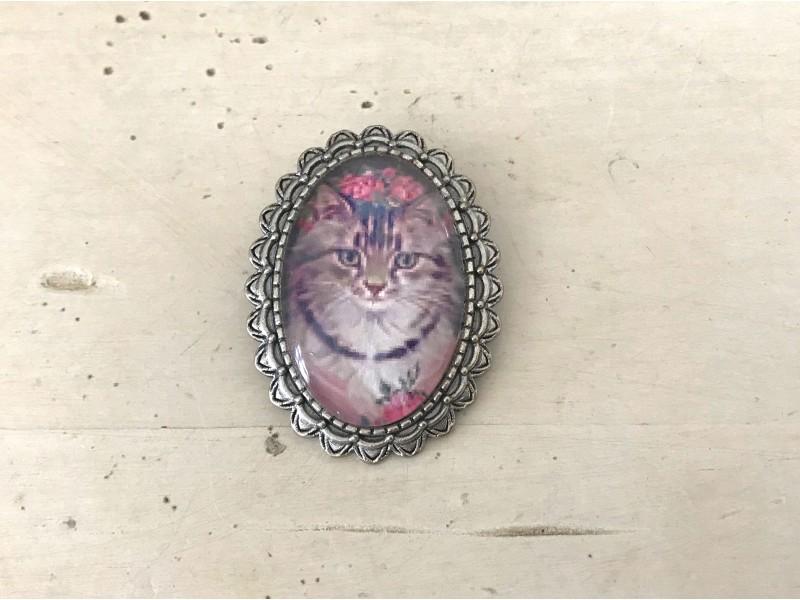 Broche fantaisie au chat sur fond de roses