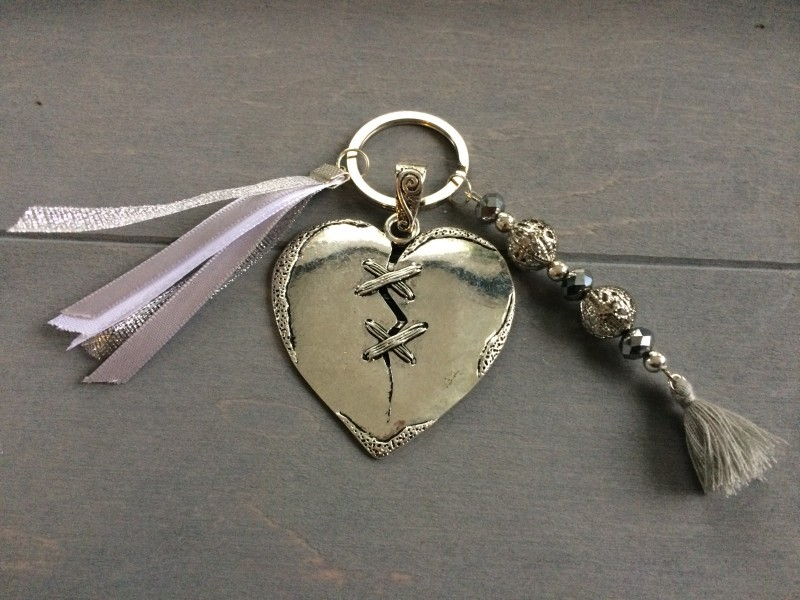 Porte clés breloque coeur, perles et rubans
