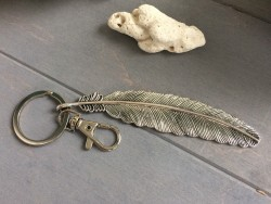 Porte clés original et bijou de sac avec une breloque grande plumes métal