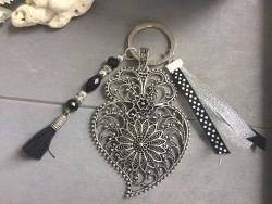 Porte clés original au filigrane stylisé style rétro