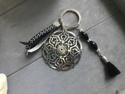 Porte clés fait main au médaillon rond en métal et breloques