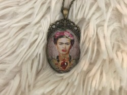 Bijou sautoir au pendentif Frida KAHLO