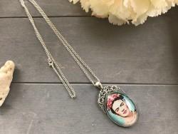 Bijou sautoir au pendentif Frida KAHLO coloris argenté