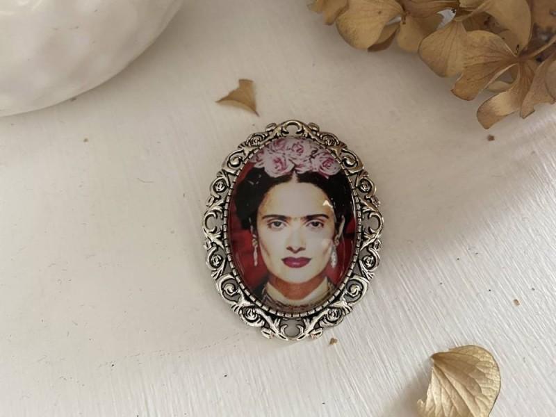Broche vintage Frida KAHLO sur fond rouge au bouquets de roses