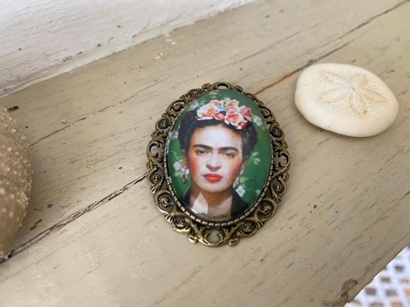 Broche originale Frida KAHLO coloris bronze sur fond vert