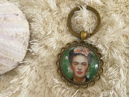 Porte clés vintage Frida KAHLO coloris bronze sur fond vert