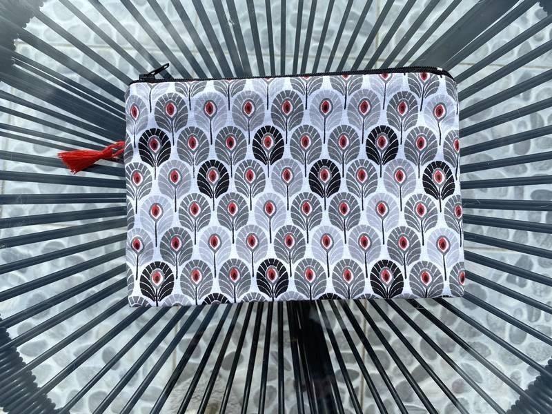 Pochette de sac aux fleurs stylisées rouges, gris et noires