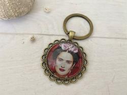 Porte clés vintage Frida KAHLO coloris bronze sur fond rouge vif