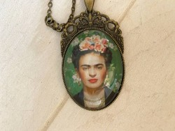 Sautoir fantaisie au pendentif Frida KAHLO