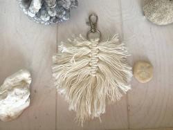 Bijoux de sac feuille en macramé coloris beige