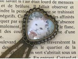 Marque page trombone en forme de coeur au chat blanc rond