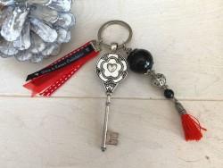 """Porte clés vintage """"Love"""" et pompon rouge"""