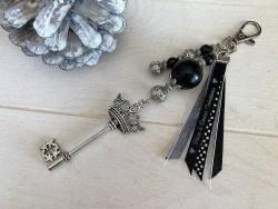 Bijou de sac fantaisie à la clé rétro couronnée et perles noires