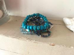Bracelet bohème multi-rangs dans les tons de bleu